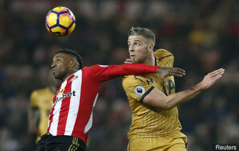 tottenhams_toby_alderweireld_in_action_with_sunderlands_jermain__439972.jpg